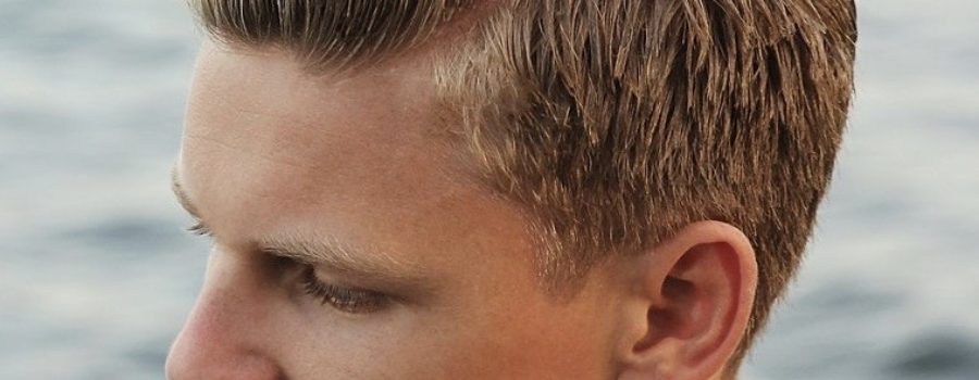 How should men alter how they shampoo their hair during hot and humid weather?